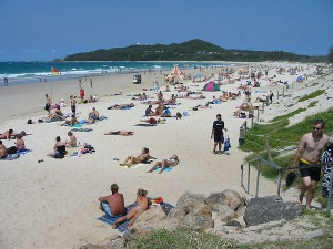 Byron_Bay_(Australia)_main_Beach_from_town - WIkipedia