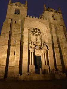 Façade of the Porto Cathedral by night; photo by Adbar on Wikipedia