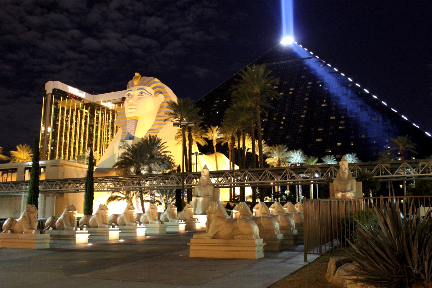 the luxor hotel from las vegas seen during the night