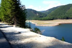 A beautiful lake surrounded by mountains near the Transalpina