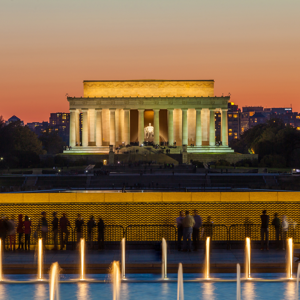 Abraham Lincoln Memorial and World War II Memorial at night