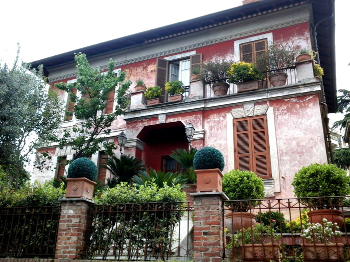Beautiful houses with gorgeous flowers in Rome, Italy ...