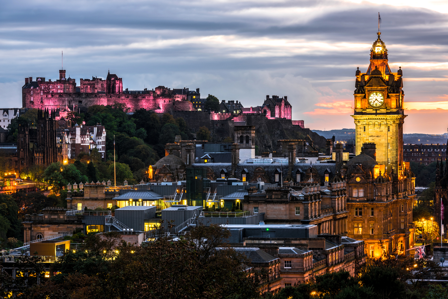 Edinburgh castle and Cityscape at night