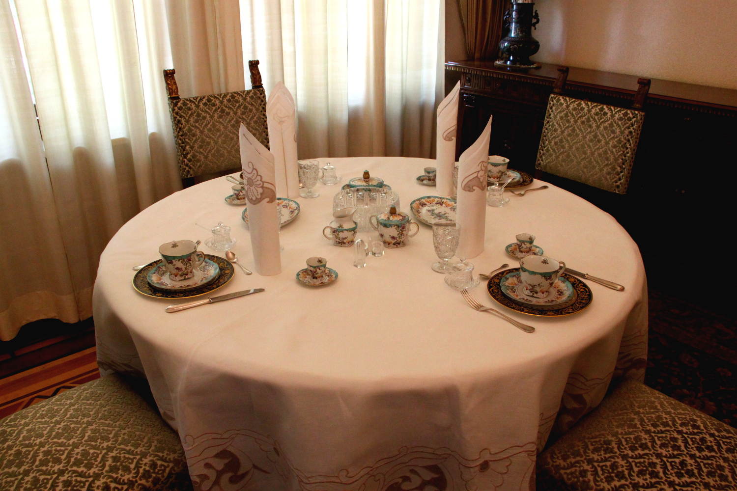 Primaverii (Spring) Palace, Ceausescu's private residence - the small table they actually used to eat
