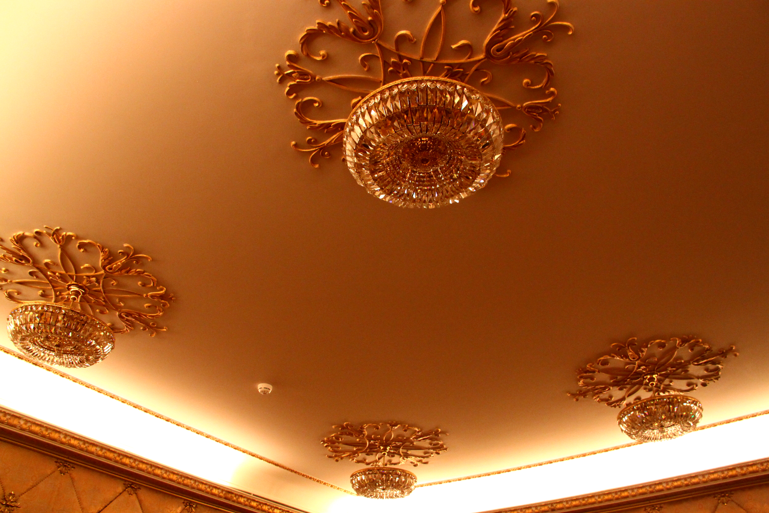 Primaverii (Spring) Palace, Ceausescu's private residence - Cinema room - chandeliers