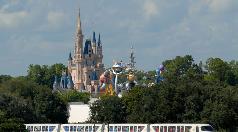 Disney World, Orlando, Florida. Read this article and discover 10 things to know about Orlando, Fl USA from an insider with tips for Orlando, attractions in Orlando and places to go near Orlando! #orlando #orlandotravel #orlandotips #orlandoattractions #orlandoparks #orlandothemeparks #usatravel #usatips