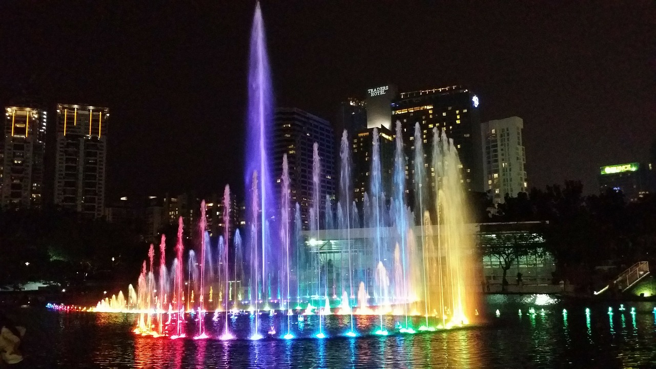 KLCC - fountain lights show in Kuala Lumpur. Wondering what to see in Kuala Lumpur in 2 days? Here's your perfect 2-day itinerary for KL. #kl #malaysia. #klitinerary #2daykualalumpur #kualalumpurguide #kualalumpurtraveling #kualalumpuritinerary #klitinerary