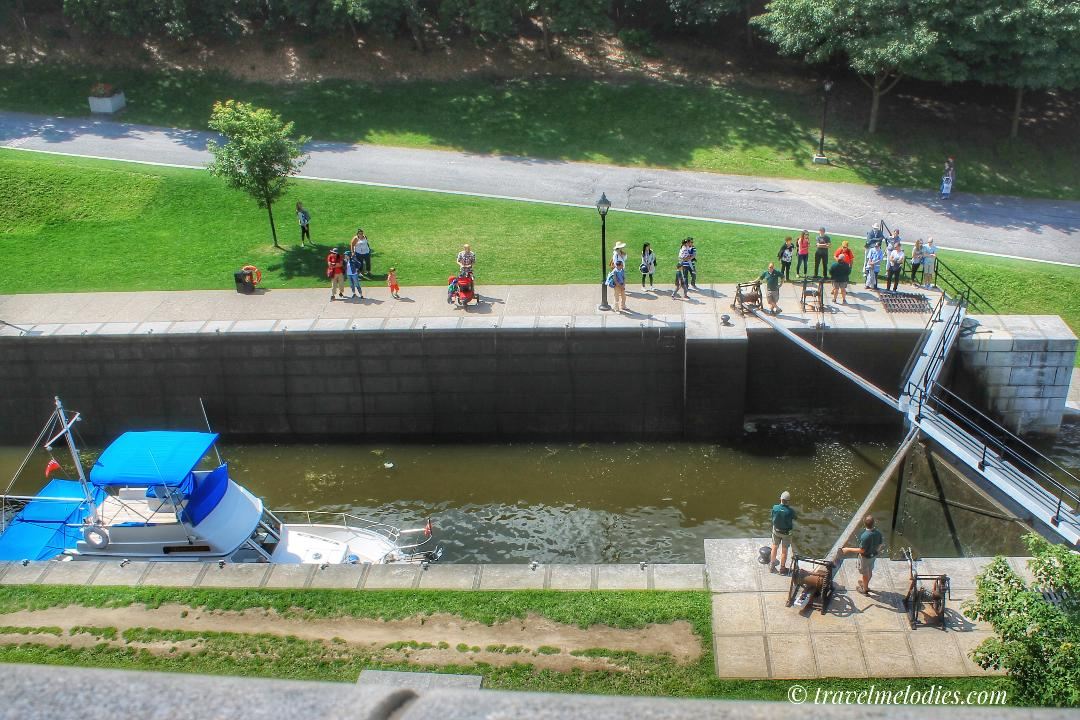 Admire the Ottawa locks - Rideau Canal during your trip to Ottawa. Use this article to find out how to explore Ottawa in 2 days - and see the best things to do in Ottawa in 48 hours. #ottawa #ottawaitinerary #ottawacanada #ottawaattractions #ottawathingstodo