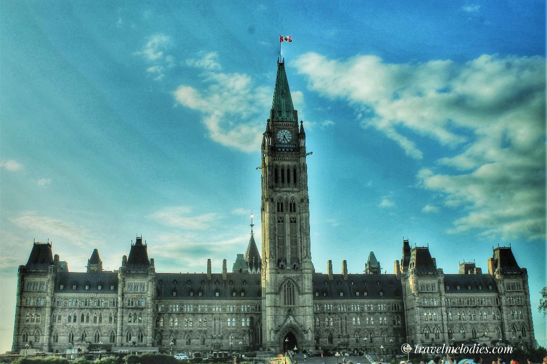 Parliament Hill - in Ottawa - one of the city's landmarks. Discover a complete 2-day itinerary for Ottawa in this article. #ottawa #ottawaitinerary #ottawacanada #ottawaattractions #ottawathingstodo
