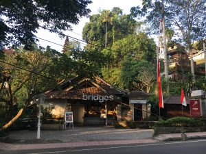 Having dinner at Bridges Bali is a great way to end a day in Ubud. Discover what to see and do in Ubud in 2 days from this itinerary. #ubuditinerary #ubudguide #baliindonesia #balitravel #bali #baliholiday #balinese #ubud
