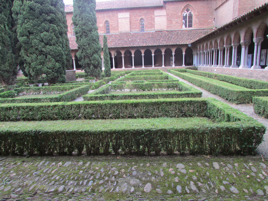 Cloister, Church of Jacobins, Toulouse France. See what to do if you have 3 days in Toulouse, France. #toulouse #toulouseguide #toulousefrance #toulouseitinerary