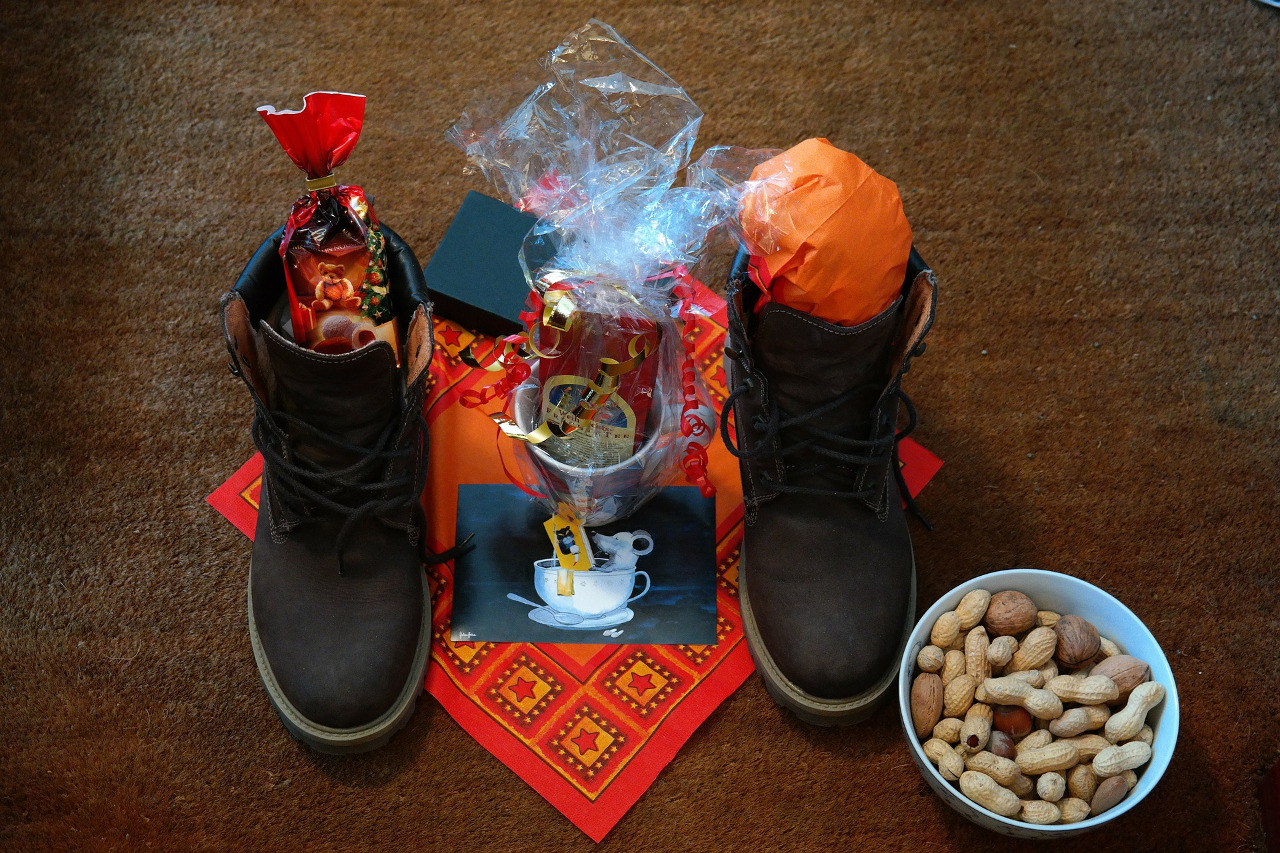 Saint Nicholas Day gifts in shoes - Discover how to celebrate Saint Nicholas Day in Europe, includinf Saint Nicholas Day traditions #saintnicholasday #winterholiday #winterholidays #stnick #stnicktraditions #stnicholastraditions