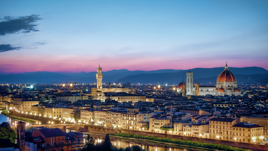Florence, Italy is a famous European romantic destination. Discover 40+ romantic city breaks in Europe. #romanticeurope #europe #valentinesday #love #citybreakseurope #romanticdestinations