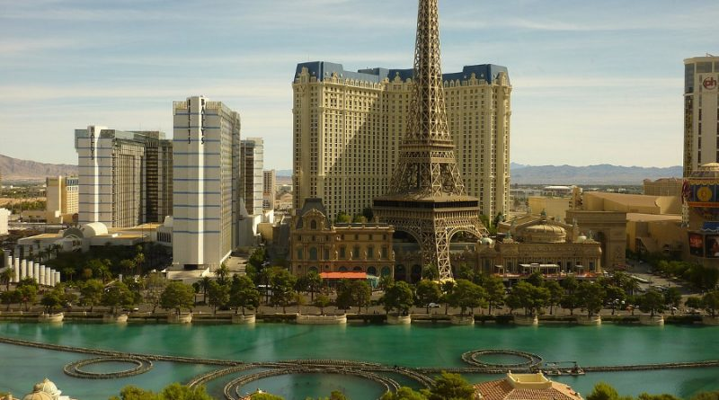 Eiffel Tower at Paris Las Vegas is one of the things to see in Las Vegas in a day. Discover what to do with 24 hours in Las Vegas. #la #lasvegas #usa