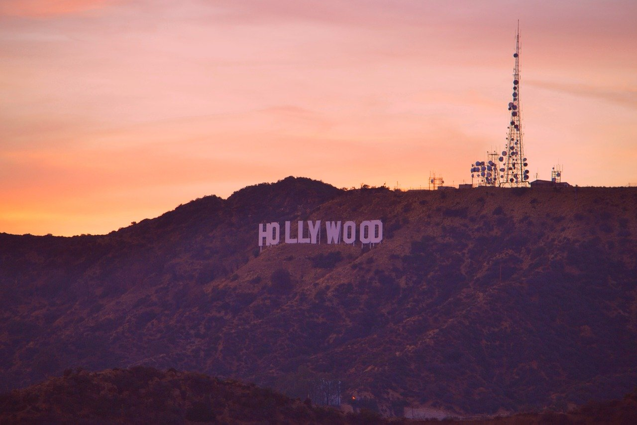 The Hollywood sign is one of Los Angeles landmarks. Discover how to explore Los Angeles in 3 days with this article. 72 hours in Los Angeles. #la #losangeles #usatravel #travelmomentsintime #losangelesitineray #travelitinerary #laitinerary